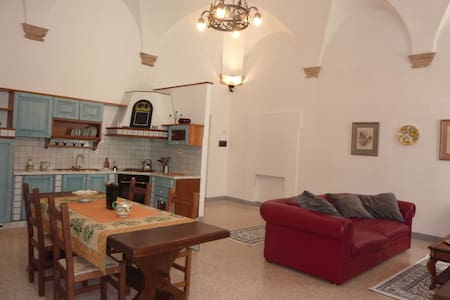 Piazza Apartment w/ Private Courtyard & BBQ - Assisi - Apartment