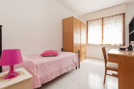 Room close to Metro line B - Wohnung