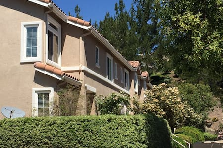 Full Townhouse near SIX Flags VALENCIA / 5 FWY - Lakás