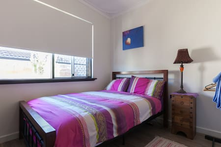 Cozy room in sunny renovated home 10mins from Freo - Haus