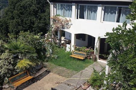 Rez de chaussée de villa au village - Appartement