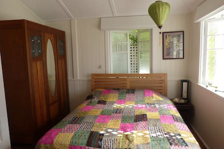 Beautiful room in a groovy area close to the city! - Red Hill - House