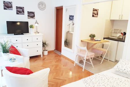 New studio apt in the city centar with a balcony - Lägenhet