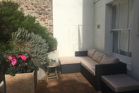 Tranquil, sunny garden flat by Hove beach - Hove