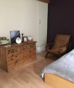 Belle chambre 30m2, très propre avec calme assuré - Haus