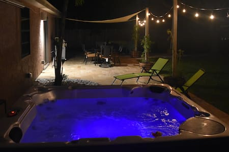 Beautiful 2/2 W/ LUXE Patio and Hot Tub!! - Weston - Wohnung