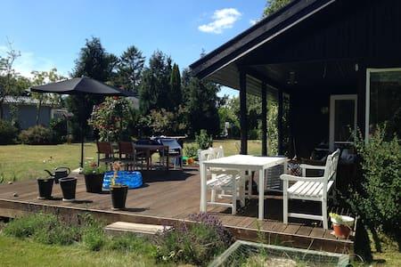 Dejligt ældre sommerhus til familier med børn - Jægerspris - Cabaña
