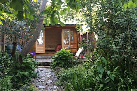 Secret Garden Glamping Accommodation, Cornwall - キャビン
