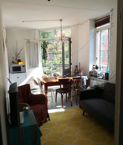 Lovely room with balcony in center of Amsterdam - Amsterdam - Apartment