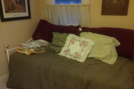 Spare Bedroom Stay (CLOSE TO HIGHWAY) - Lakewood - Apartment