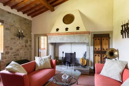 Casale in Toscana, parco e piscina. - Castel Focognano - Villa