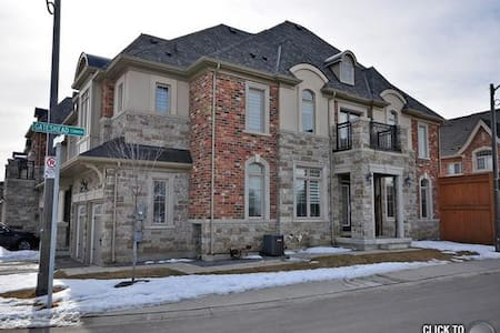 Executive townhouse in best livable city in Canada - Oakville - Casa