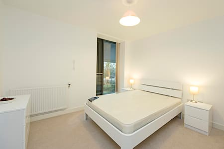 A well presented 1 bedroom apartment in Docklands - Apartment