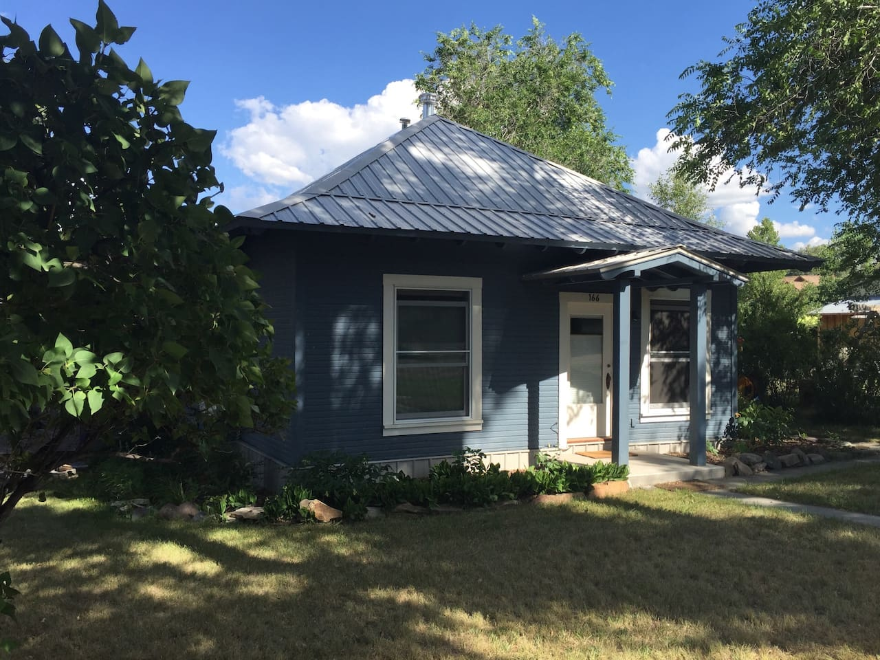 Early 20th century bungalow, historic and completely refurbished. Super tight, large, double-hung windows with accordion shades (up or down), zoned heating, tons of sun but nice shade, too, from giant mature cottonwoods out front. Many old lilacs, all located right in town: 10 min walk to brew pub, grocery, antiques, town park, ice cream, coffee shops, breakfast joints, public library, river trail.