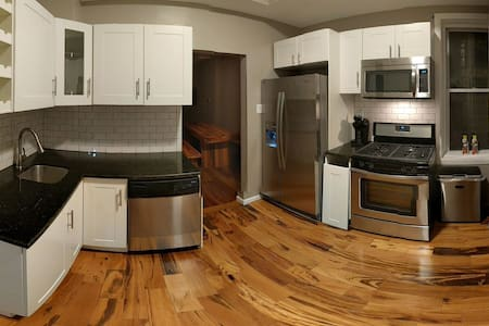 Fully Renovated Flat w/Free Parking - Chicago - Apartment