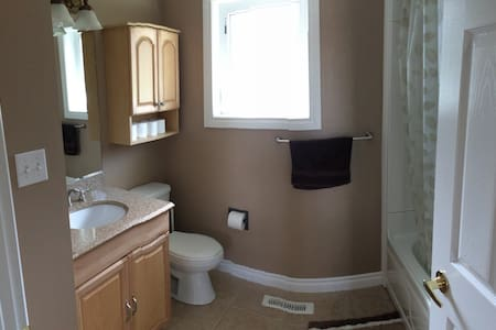 Quiet, clean, comfortable downtown room with wifi - Fort McMurray - House