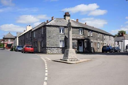 Retro private room within family Cornish cottage - Menheniot - House