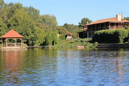 Lakeside Gites: heated pool, hot tub, fishing lake - Saint-Germain-l'Aiguiller