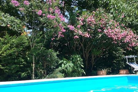 Camere con vista in villa con piscina - San Felice a Cancello