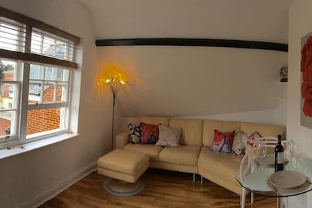 Betjeman Apartment in the Heart of Old Town - Swindon - Apartment