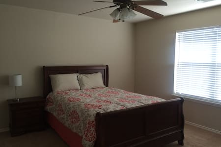 Comfy full bed w/bathroom NE San Antonio - Ház