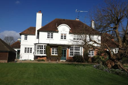 Quiet room with lovely workspace in detached house - Buckinghamshire