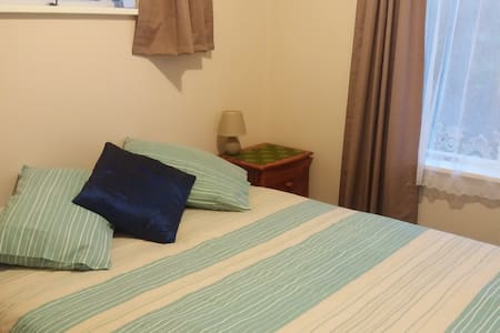 Smaller Guest Room with Queen Bed - Tauranga - House