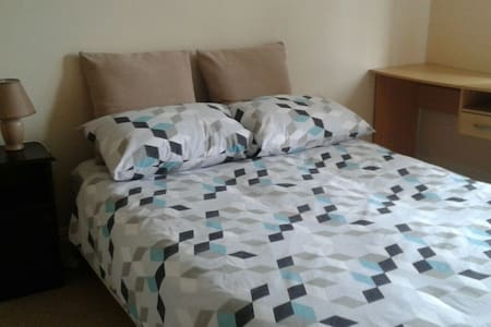 Our double bedroom has its own private bathroom and comfortably fits two people. Well located, in a quiet neighbourhood, at 5 min from the bus stop takes you to city centre in about 20 min. Shops are around the corner for anything you need!