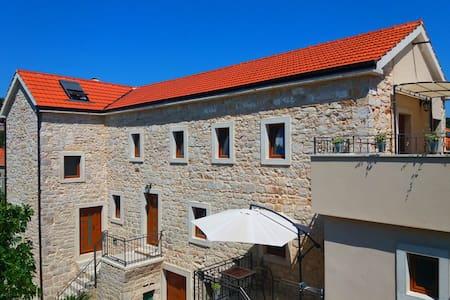 Dalmatian stone house Jelsa-Hvar A1 - Wohnung