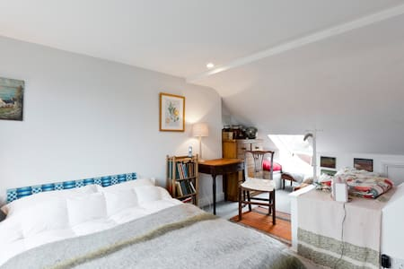 Airy quiet attic bedroom with ensuite South Ealing - House