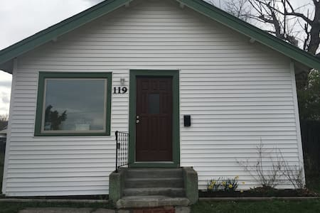 Pet-Friendly Room Historic Downtown - Livingston - House