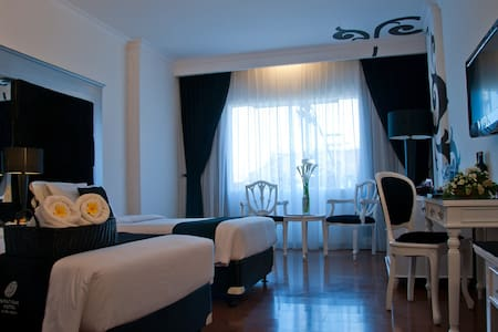 Charming TwoBed Black & White Room - Kuta - Bed & Breakfast