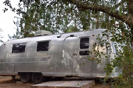Vintage Airstream lakeside - Camper/Roulotte