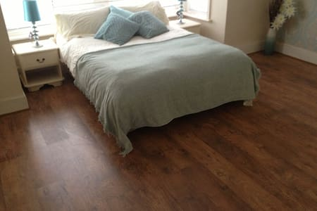 Spacious, Sea Front Victorian Studio high ceilings - Essex - Apartment