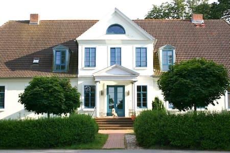 Gutshof Ilow   2 - Große Gästewohnung Ost - Neuburg - Apartment