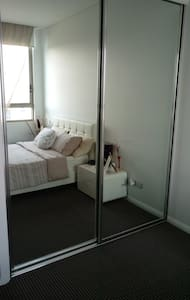 Private room with ensuite in a modern apartment - Apartment