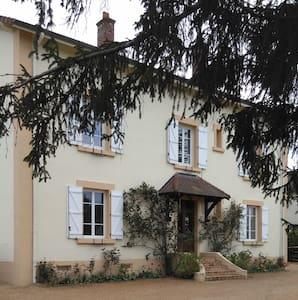 Chambre calme de 20m², lit de 140 x 200 - Paray-le-Monial