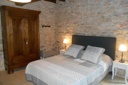 Le Rouyre, chambre et table d'hôtes - House