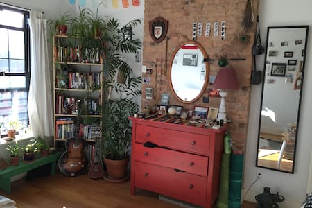 Sunny room in BedStuy - Brooklyn - Apartment
