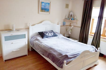 BUDGET ensuite double bedroom with parking - House