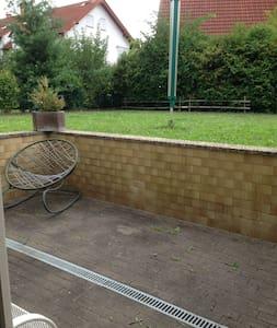Gemütliche Wohnung mit großem Garten und Terrasse - Friedberg (Hessen) - Lejlighed