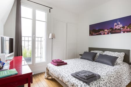 Romantic bedroom under the Parisians roofs - Paris - Apartment