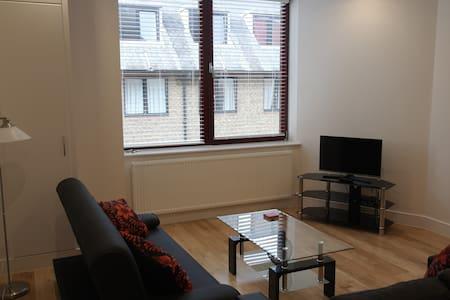 The Oaks - Horley - Apartment
