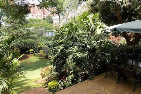 Cozy private room in Kilimani with lovely backyard - Haus