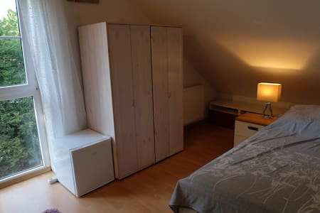 Central loft room with bathroom, Munich + Freising - Huis