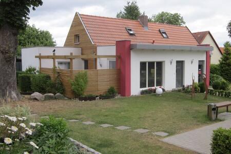 Ferienhaus mit Terrasse in Seenähe - Alt Schwerin - House