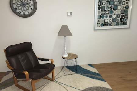 Modern self-contained apartment, attached garage. - Wohnung
