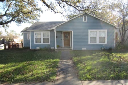 Updated Cottage Near UNT & Square! - Σπίτι