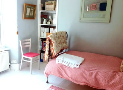 Charming twin room in a quiet area - House