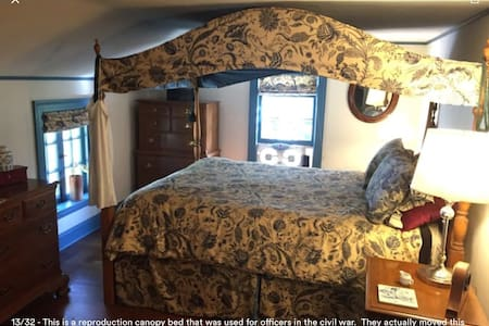 The guest bedroom with private bath - Watertown - House